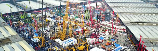 在bauma CHINA(上海宝马工程机械展) 2014的平地机、 卡车、 挖掘机、 起重机、 混凝土配料机